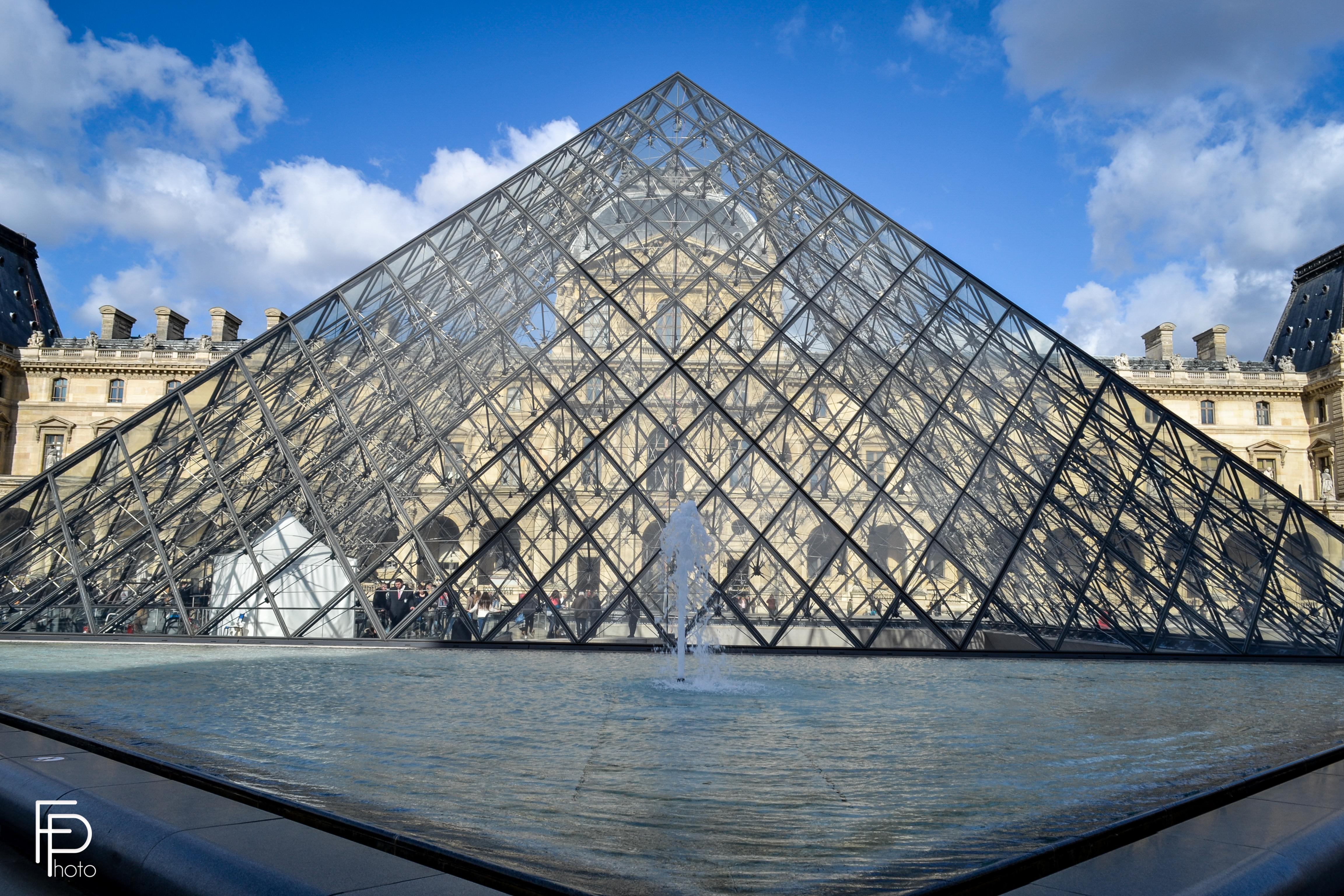 photo monument de paris noir et blanc
